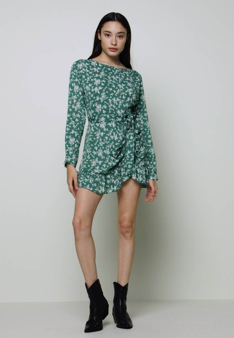 Missguided Petite - BUTTON RUCHED SIDE DRESS FLORAL - Kjole - green - 1