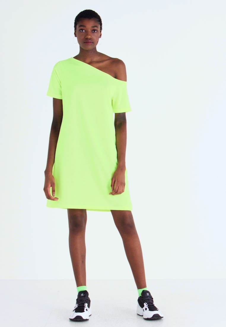 NA-KD - OFF SHOULDER RELAXED - Vestido ligero - neon yellow - 1