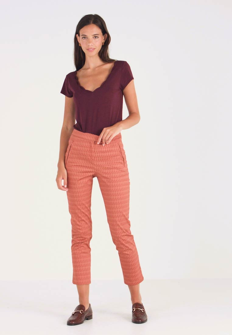 Yargici - FRONT CUT DETAILED TROUSERS - Chinos - bordeaux - 1
