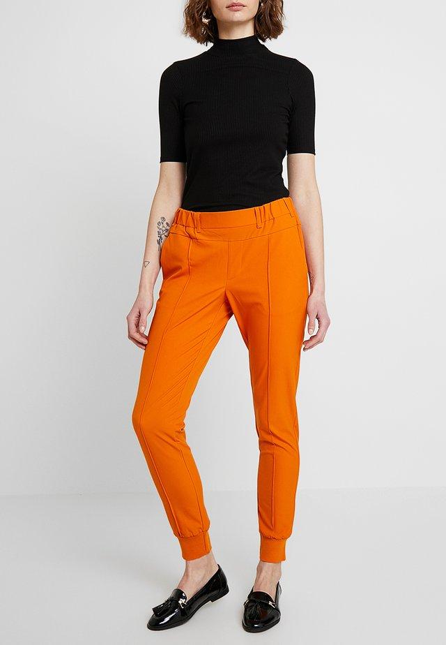 KAMALA JILLIAN PANTS - Stoffhose - orange maple