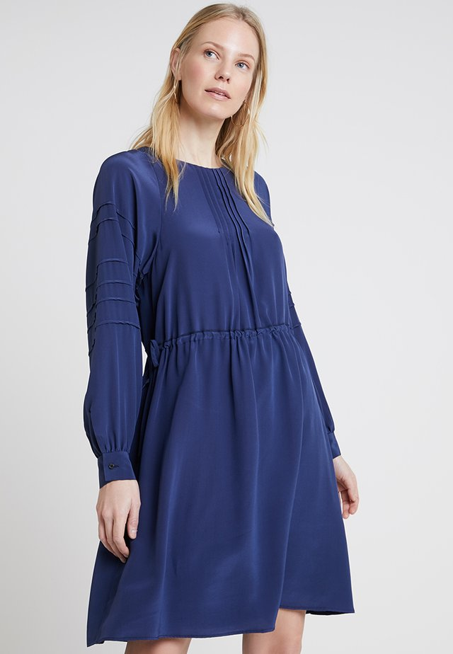 DRESS, FLUENT STYLE - Vestido informal - tinted ink