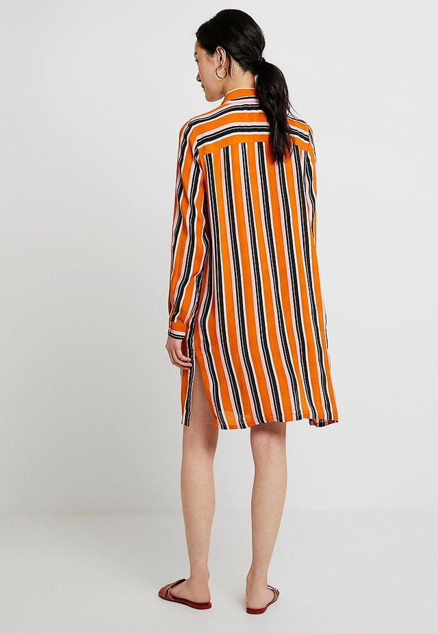DOLLY - Vestido camisero - orange maple
