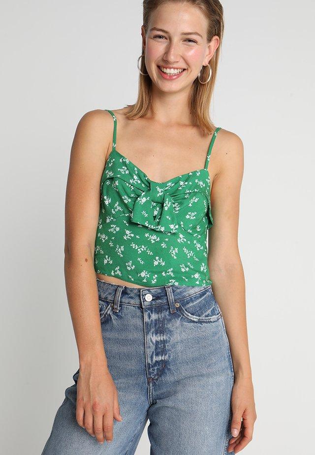 CHARLIE DITSY TIE FRONT CROP CAMI - Top - green