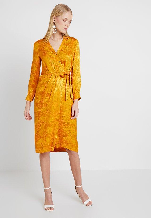 SNAKE JACQUARD MIDI DRESS - Sukienka letnia - ochre