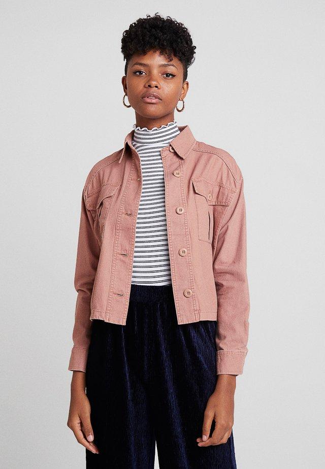 BONNIE CROPPED UTILITY SHACKET - Summer jacket - light pink