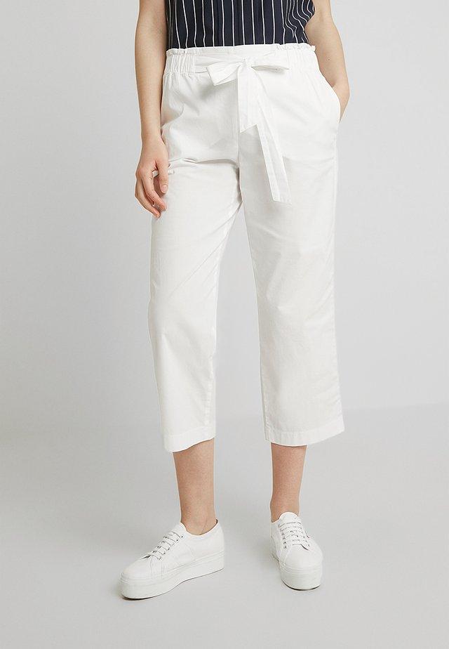 FREIZEIT VERKÜRZT - Pantaloni - weiß