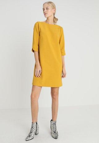 KURZ - Sukienka letnia - honey mustard