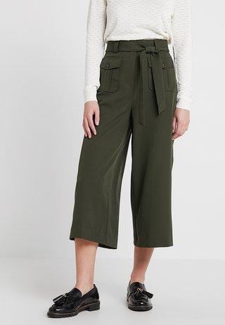 UTILITY POCKET TIE WAIST CROP - Trousers - dark green