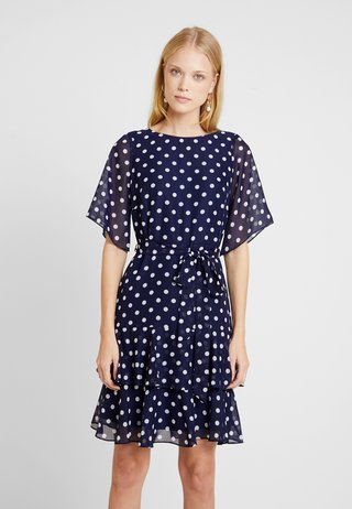 POLKA DOT TWO TIERED FIT AND FLARE NAVY EXCLUSIVE DRESS - Freizeitkleid - navy