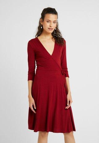 WRAP DRESS - Jerseykjoler - berry