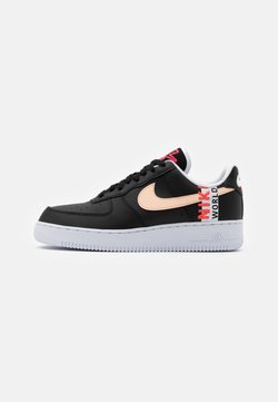 Nike Sportswear - AIR FORCE 1 '07 LV8 WW UNISEX - Sneaker low - black/flash crimson/white