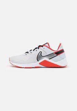 Nike Performance - LEGEND ESSENTIAL 2 - Zapatillas de entrenamiento - pure platinum/metallic silver/white/chile red/black