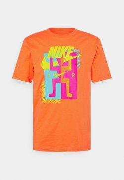 Nike Sportswear - TEE AIR - T-shirt z nadrukiem - turf orange