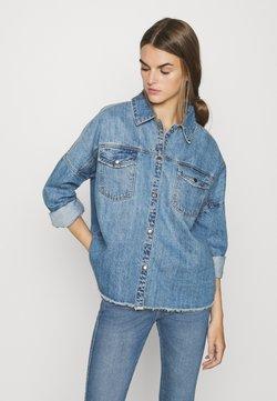Vero Moda - VMMINA LOOSE - Overhemdblouse - medium blue denim