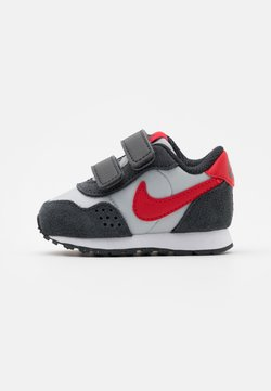 Nike Sportswear - MD VALIANT UNISEX - Sneakers laag - grey fog/university red/dark smoke grey/white