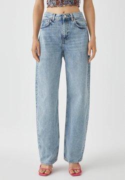 PULL&BEAR - MIT WEITEM BEIN UND RISSEN - Relaxed fit jeans - blue
