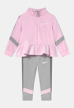 Nike Sportswear - TROPHY SET - Chaqueta de entrenamiento - light smoke gray