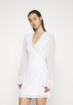 NA-KD - TIE STRAP OVERLAP MINI DRESS - Korte jurk - white