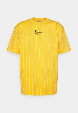 Karl Kani - SMALL SIGNATURE PINSTRIPE TEE UNISEX - T-shirt con stampa - yellow/white
