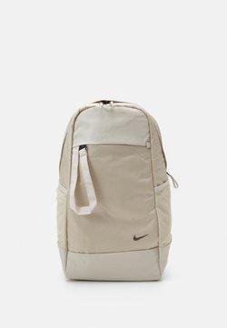 Nike Sportswear - ESSENTIALS UNISEX - Reppu - light orewood burn/olive grey