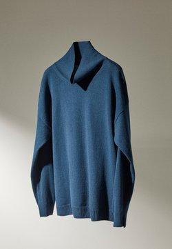 Massimo Dutti - MIT WEITEM AUSSCHNITT - Jumper - blue