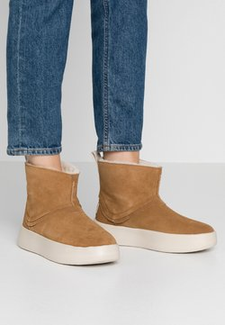 UGG - CLASSIC BOOM BOOT - Plateaustiefelette - chestnut