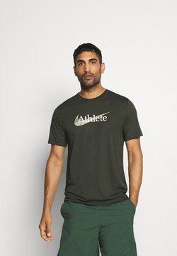 Nike Performance - DRY TEE  ATHLETE CAMO - T-Shirt print - sequoia