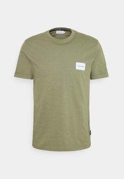 Calvin Klein - TURN UP LOGO SLEEVE - Camiseta básica - green