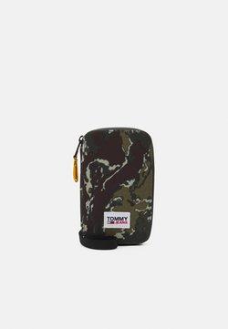 Tommy Jeans - URBAN ESSENTIALS PHONE CAMO UNISEX - Kännykkäpussi - green