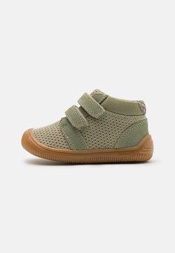 Woden - TRISTAN BABY UNISEX - Vauvan kengät - dusty olive