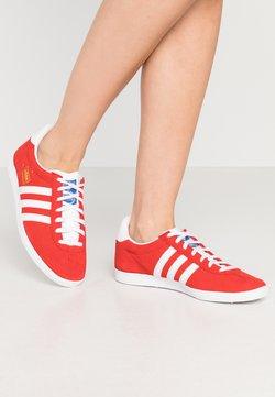 adidas Originals - GAZELLE - Joggesko - red/footwear white/gold metallic