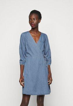 Vero Moda Tall - VMHENNA WRAP SHORT DRESS - Dongerikjole - light blue denim