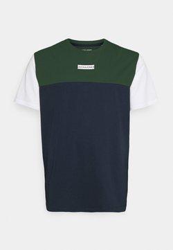 Jack & Jones - JCOBLOCKS TEE CREW NECK - T-shirt imprimé - darkest spruce
