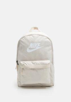 Nike Sportswear - HERITAGE 2.0 UNISEX - Reppu - light orewood/light orewood/white