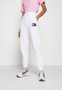 Tommy Jeans - BOX FLAG PANT - Jogginghose - white