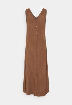 b.young - BYSILKI LONG DRESS - Strickkleid - thrush