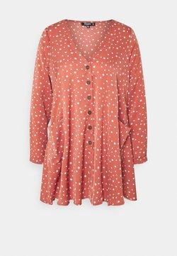 Missguided Petite - BUTTON THRU SMOCK DRESS DALMATIAN - Freizeitkleid - blush