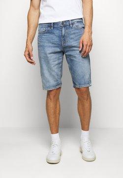 TOM TAILOR - JEANSHOSEN JOSH REGULAR SLIM JEANS-SHORTS IN VINTAGE-WASHUNG - Jeans Shorts - light stone wash denim        blue