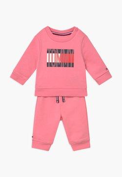Tommy Hilfiger - BABY FLAG TRACKSUIT SET - Trainingspak - pink