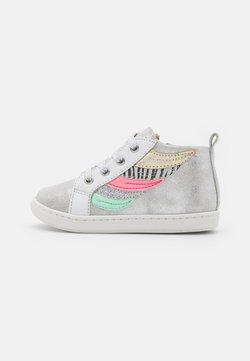Shoo Pom - BOUBA WINGS - Sneaker high - silver/white/multicolor