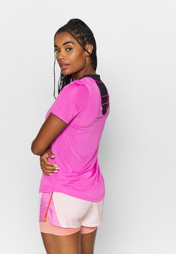 Nike Performance - BREATHE - Camiseta estampada - fire pink/reflective silver