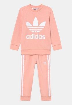 adidas Originals - CREW SET UNISEX - Tuta - haze coral/white
