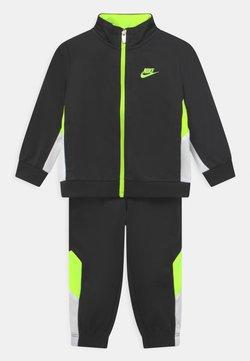 Nike Sportswear - TRACKSUIT SET UNISEX - Chándal - black