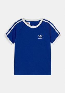 adidas Originals - 3 STRIPES TEE UNISEX - Camiseta estampada - royblu/white