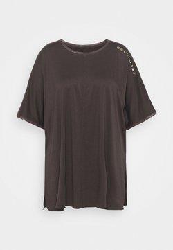 Puma - EXHALEBOYFRIEND TEE  - Camiseta estampada - after dark