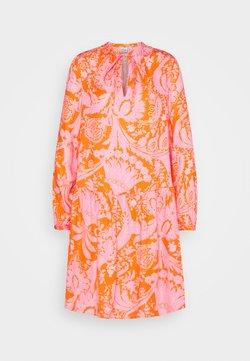Emily van den Bergh - Vestido informal - orange/pink