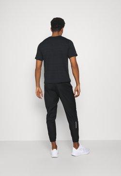 Nike Performance - ESSENTIAL PANT - Træningsbukser - black/reflective silver
