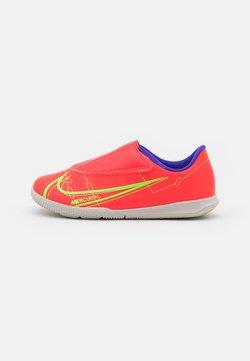 Nike Performance - MERCURIAL JR VAPOR 14 CLUB IC UNISEX - Zaalvoetbalschoenen - bright crimson/metallic silver