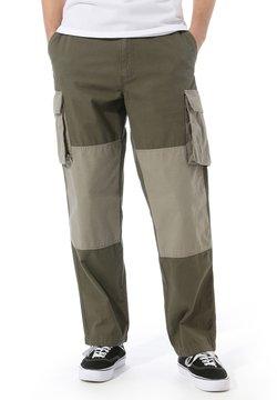 Vans - MN DUFFLE CARGO PANT - Pantalon cargo - grape leaf-vetiver