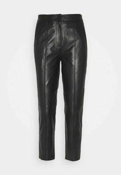 YAS Petite - YASLISA CROPPED PANT - Pantalón de cuero - black